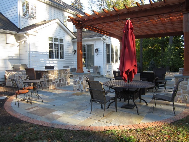 Bluestone-Patio-with-Brick-Accent-800